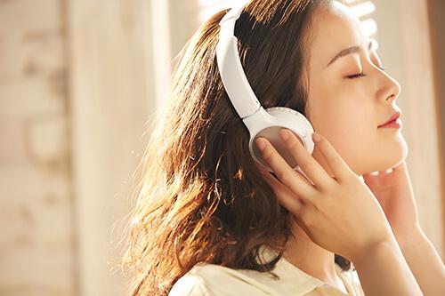 ヘッドフォンをする女性