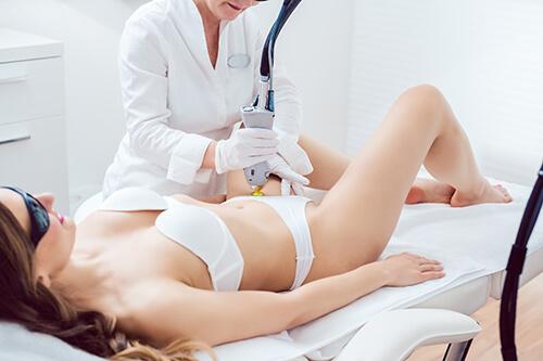 レーザー治療を受ける女性