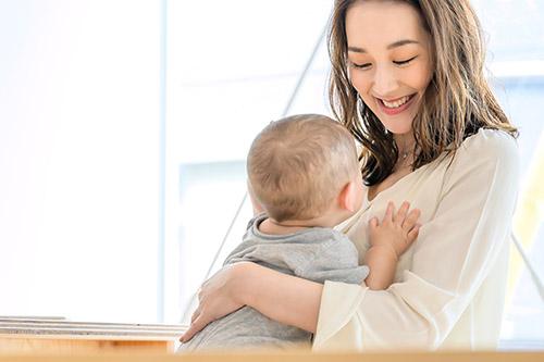 子供を抱く女性